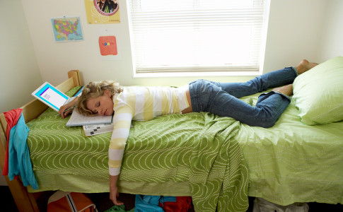 Young-woman-sleeping-on-bed-in-student-dorm_pop_13964